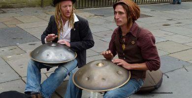 músicos callejeros tocando el hang